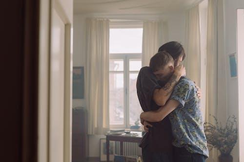 Foto stok gratis bersama, cinta, dalam ruangan
