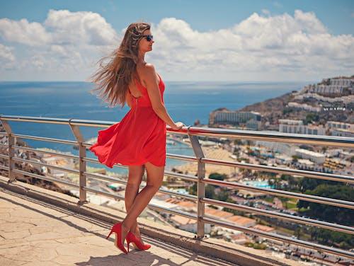 Безкоштовне стокове фото на тему «відпустка, високі підбори, довге волосся, жінка»