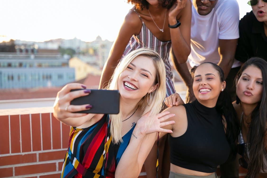 Alegres Jóvenes Milenarios Diversos Tomando Selfie Durante La Fiesta En La Luz Del Sol