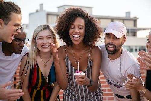 Feliz Mujer Afroamericana Soplar Velas Durante La Fiesta De Cumpleaños Con Diversos Amigos