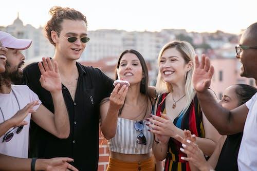 Amigos Diversos Felices Felicitando A La Joven étnica Durante La Fiesta De Cumpleaños En La Azotea