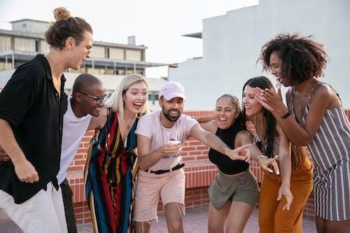 Alegres Jóvenes Amigos Multiétnicos Felicitando A Tipo étnico Con Cupcake En Mano