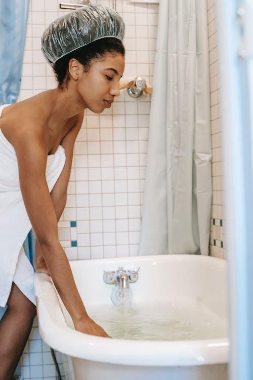 Gratis stockfoto met aanraken, Afro-Amerikaanse vrouw, alleen