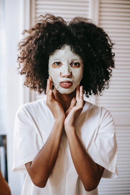 Gratis stockfoto met aanraken gezicht, Afro-Amerikaanse vrouw, alleen