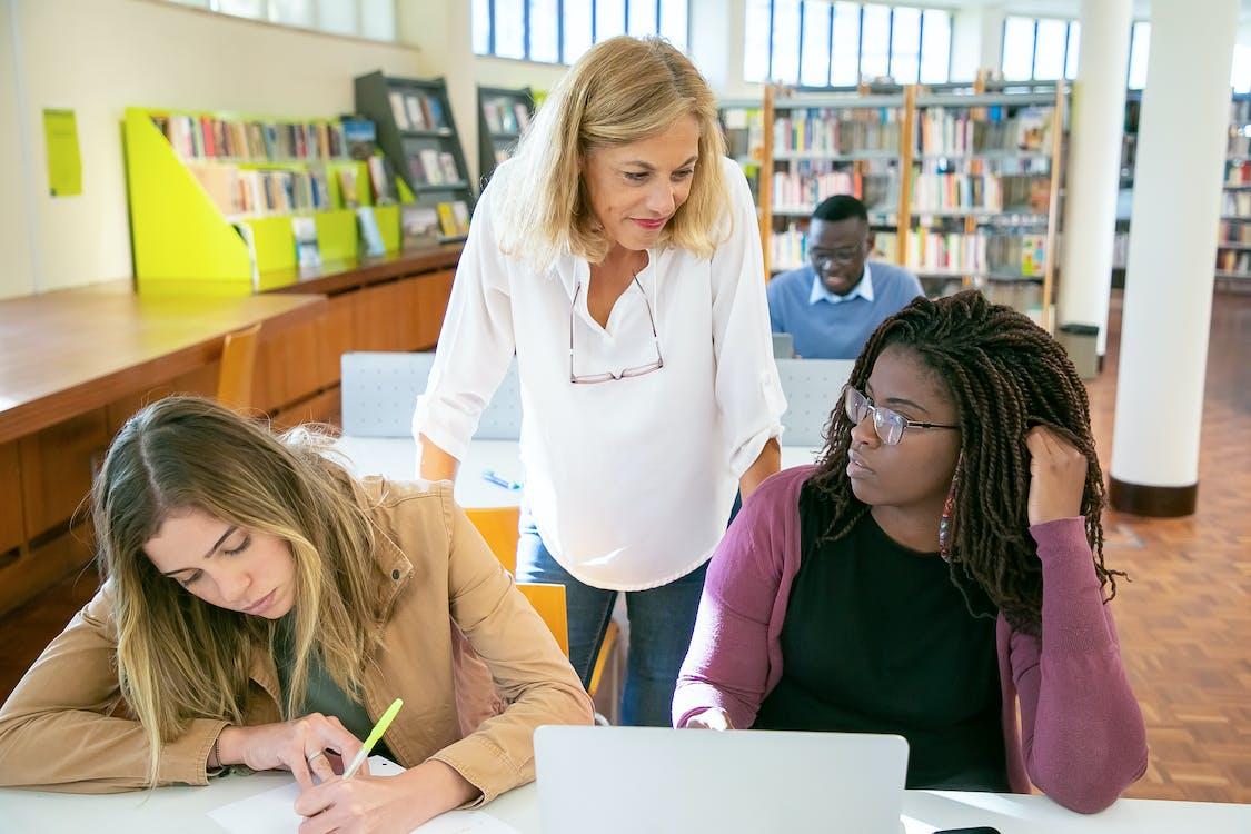 一緒に研究を行う集中的な多民族の学生