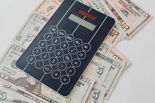 Foto profissional grátis de calculadora, cédulas, contabilidade