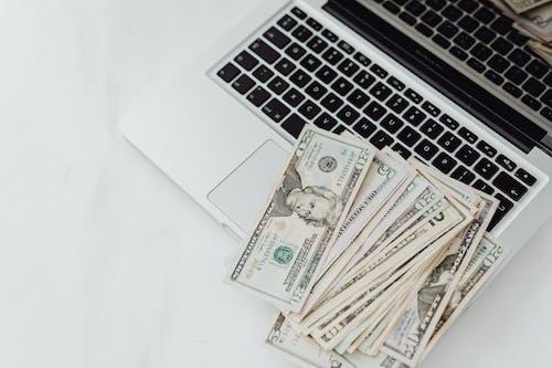 Foto profissional grátis de cédulas, computador portátil, contabilidade