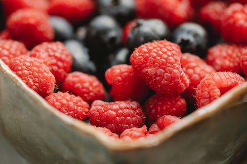 여름 딸기 그릇에 배치