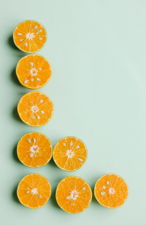 緑の背景に配置されたオレンジをカット