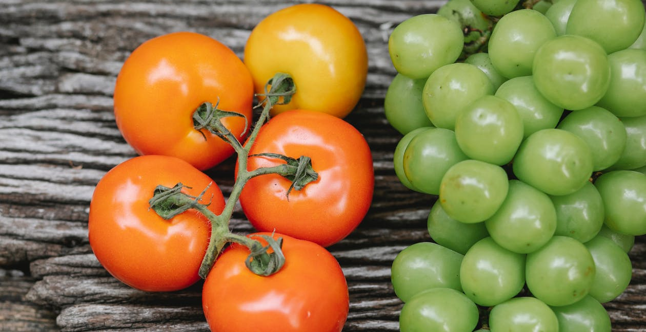 Tomates Rouges Et Vertes Brillantes Fraîches Disposées Sur Table En Bois