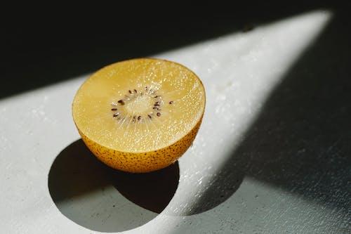 De Helft Van Rijpe Verse Gouden Kiwi Op Tafel Geplaatst