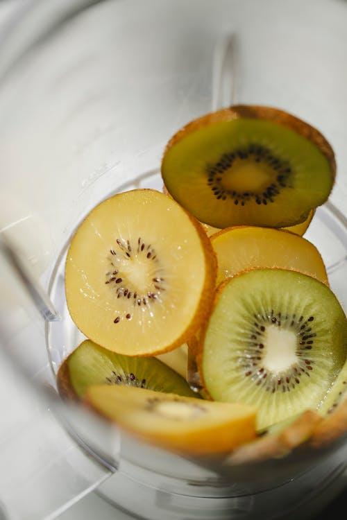 Блендер со свежими фруктами для здорового смузи