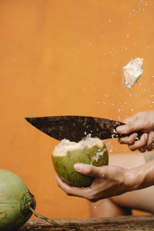 Persona De Cultivo Cortando Coco Con Cuchillo