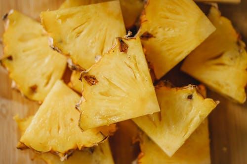 Pedaços De Abacaxi Na Superfície De Madeira