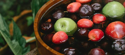 Groene En Rode Ronde Vruchten In Bruine Kom