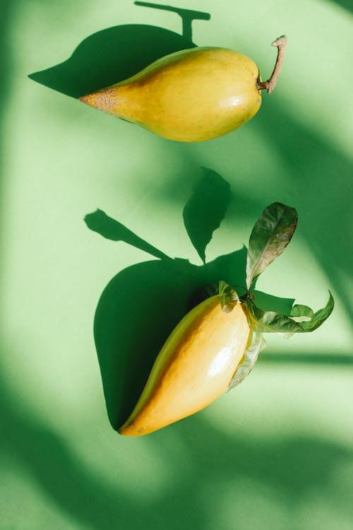 노란색과 녹색 타원형 과일