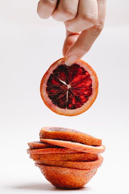 사람 손에 오렌지 과일 슬라이스