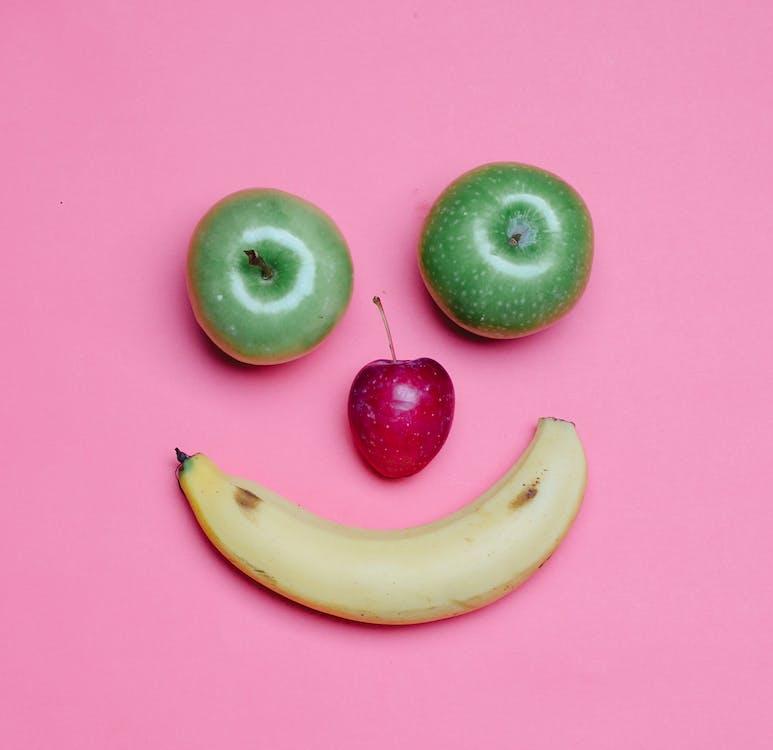 Fruit De Banane Jaune à Côté De Pomme Verte