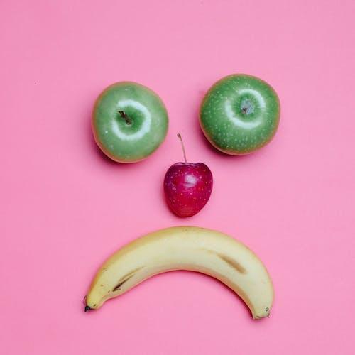 Frutta Della Banana Gialla Accanto Alla Frutta Della Mela Verde