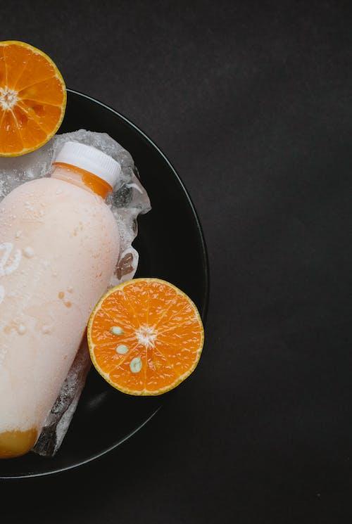 Kalte Orangensaftflasche In Schüssel