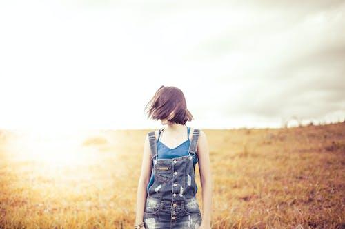 Gratis stockfoto met fashion, gras, haar, iemand