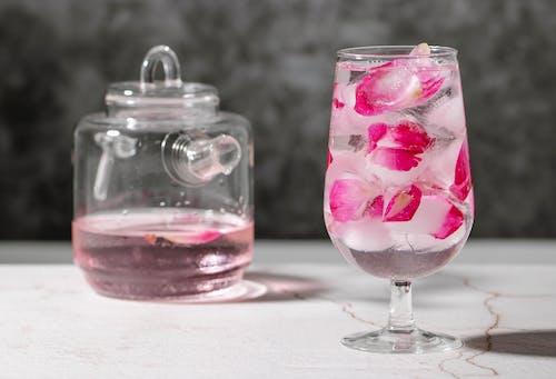 Розовое мороженое в прозрачной стеклянной чашке