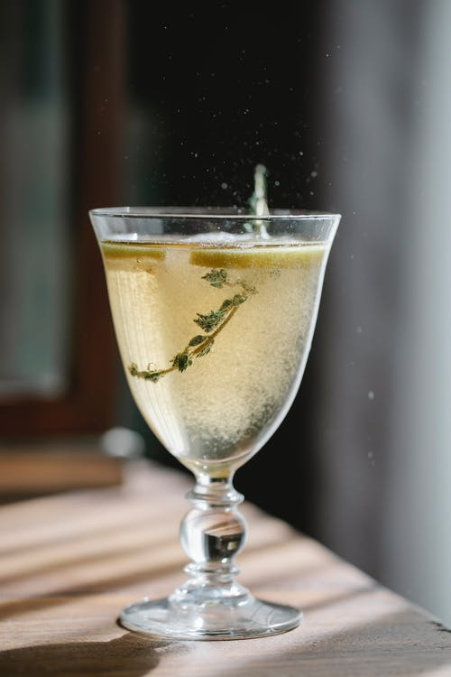 Sparkling drink with lemon in glass
