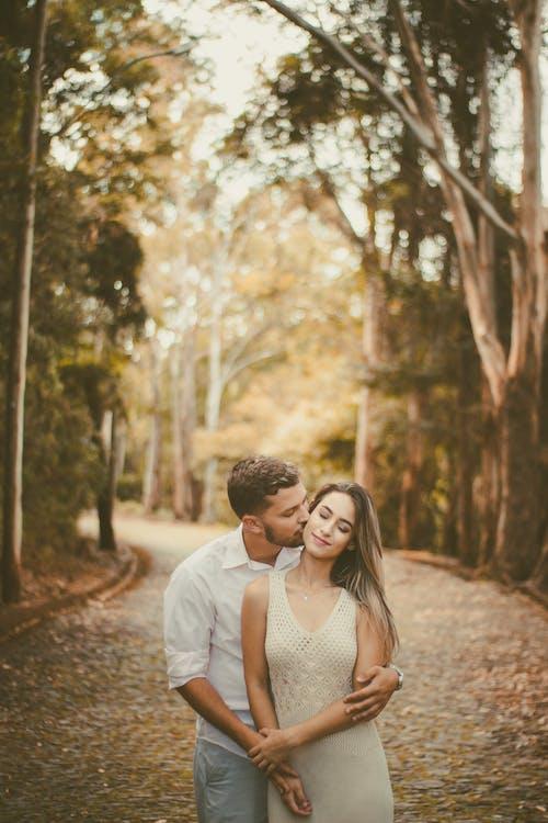 Zdjęcia bez opłat licencyjnych z całowanie, chłopak, dorosły, drzewa