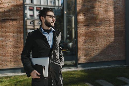 Homme En Veste En Cuir Noir Tenant Un Ordinateur Portable Noir
