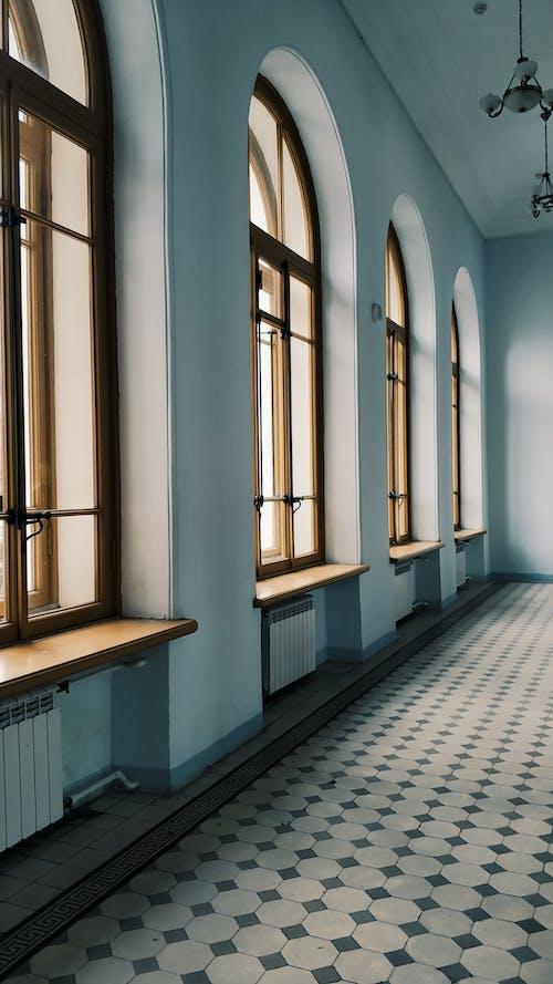 アーチ型の窓のある空の光の廊下の内部