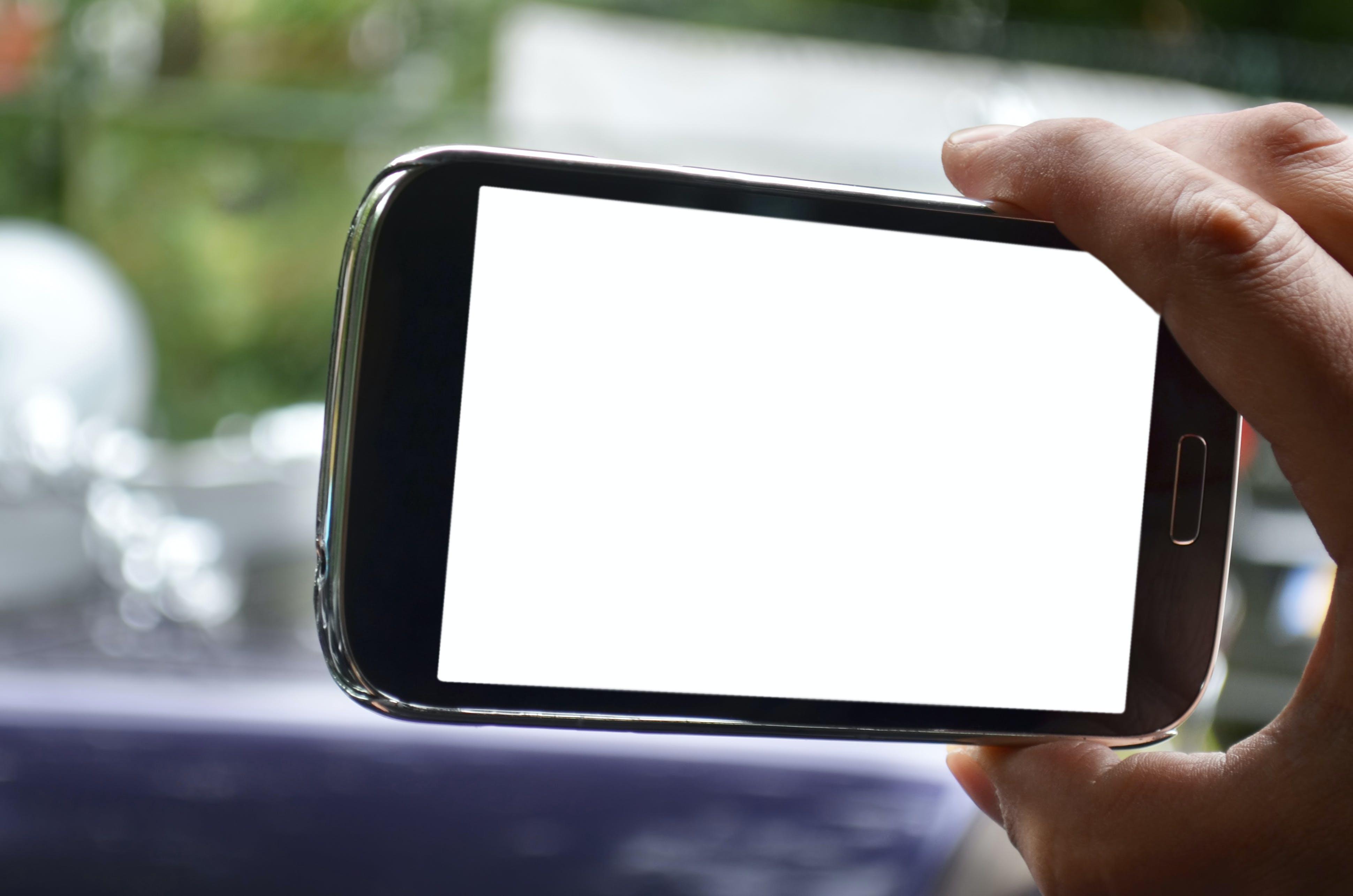 Kostenloses Stock Foto zu attrappe, bildschirm, hand, handy