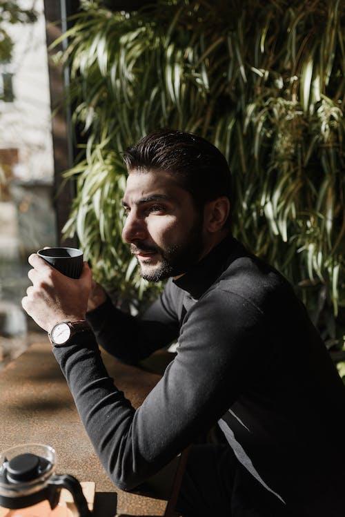 Homme En Chemise à Manches Longues Noire Tenant Une Tasse En Céramique Noire