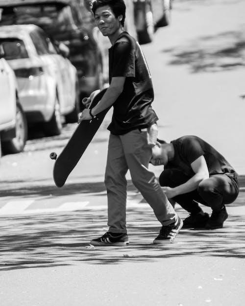 gündelik yaşam, klasik siyah beyaz, patenci, şehir sokağı içeren Ücretsiz stok fotoğraf