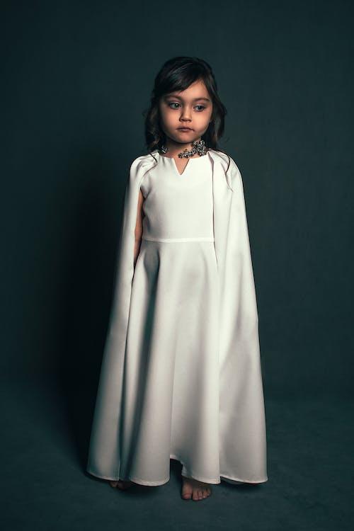 Бесплатное стоковое фото с беззаботный, безмятежный, белое платье