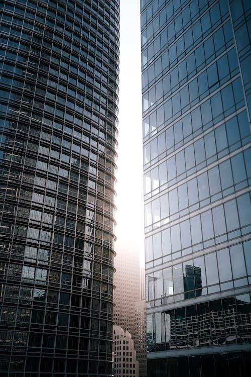 Edifício Alto Com Paredes De Vidro Azul E Branco