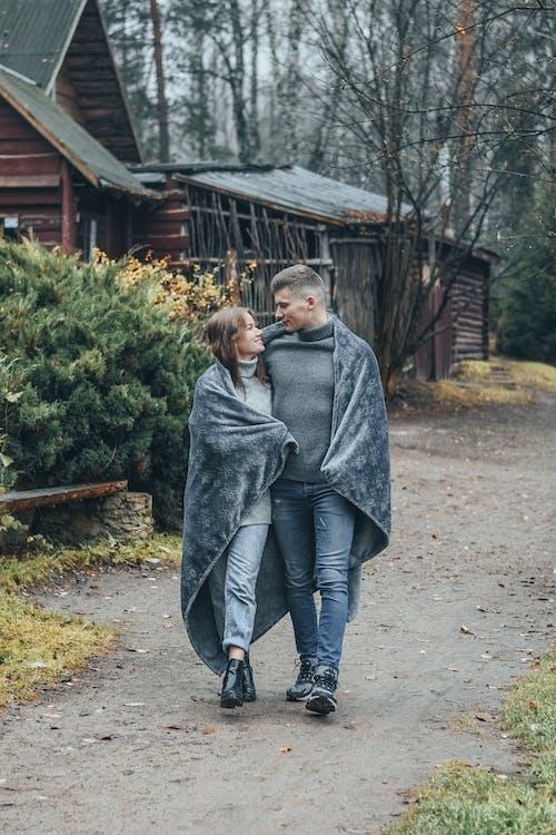 Foto profissional grátis de abraçando, afeição, amantes