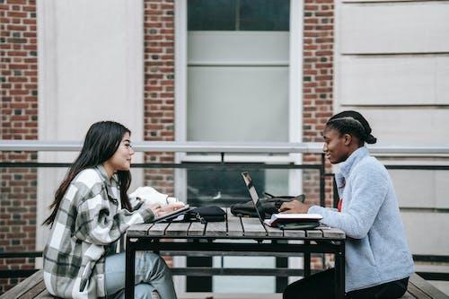 2女人和男人坐在桌旁