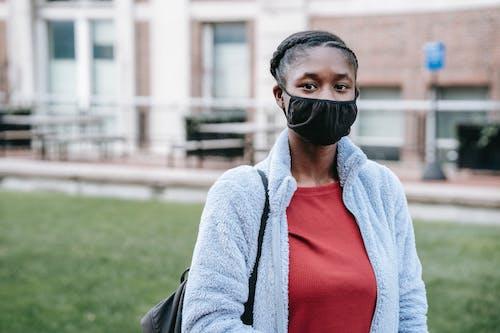 Donna In Cappotto Grigio E Camicia Rossa Che Indossa Occhiali Di Protezione Neri