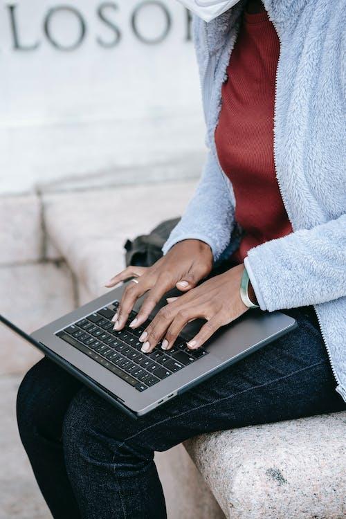 Person Im Grauen Pullover Mit Macbook Pro
