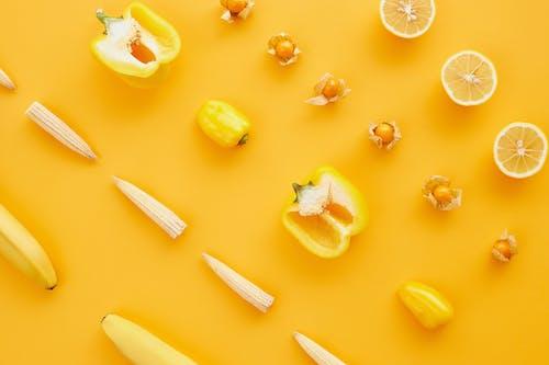 黄色い表面にスライスしたレモンフルーツ