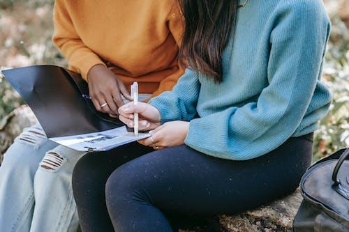 Mujer En Suéter Azul Y Pantalón Negro Sentado En La Mesa De Madera Blanca