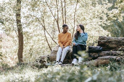 Hombre Y Mujer, Sentado, En, Roca, Cerca, árboles