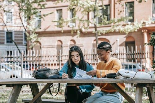 Mann Und Frau Sitzen Auf Bank Lesebuch