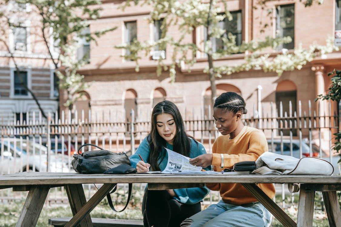 Hombre Y Mujer, Sentado, En, Banco, Libro De Lectura