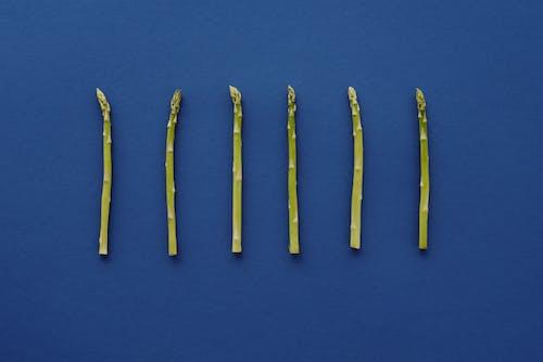青い表面の青と黄色の鉛筆