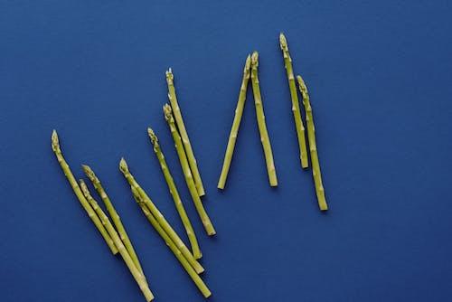 藍色表面上的黃色和黑色鉛筆