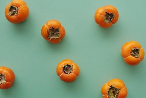 蓝色的桌子上的橙色番茄