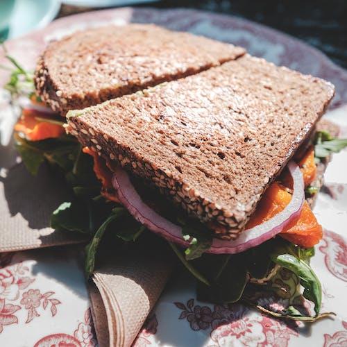 Leckeres Vegetarisches Sandwich Mit Roten Zwiebeln Und Sonnengetrockneten Tomaten