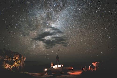 Khách Du Lịch đứng Trên Xe Trong đêm đầy Sao