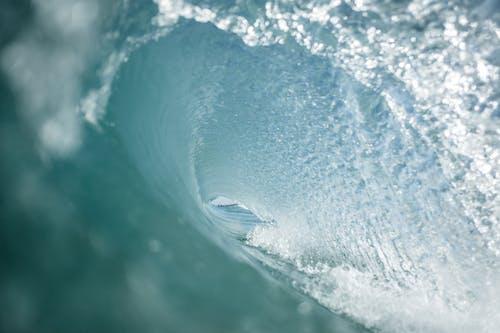 맑은 바다에서 구르는 파도